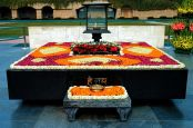 Raj Ghat and associated memorials, Delhi @ Wikipedia (ENG)