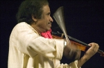 violinist L. Subramaniam during a concert in Chennai (2003 / Wikipedia)