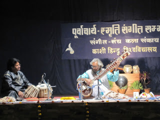 Pt. Amarnath Mishra's sitar performance, accompanied by Kuber Nath Mishra at BHU (2009) - Tks to Shawn Mativetsky for the photo.