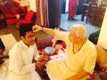 Kapil Sharma (l.) with guru Pandit Sajan Mishra (vocalist)